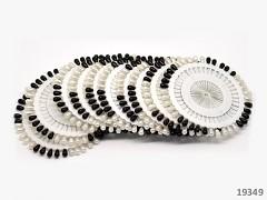 Černé a bílé špendlíky na rozetě dekorační špendlíky