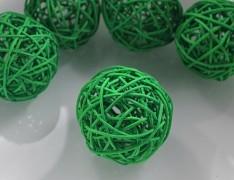 ZELENÁ ratanová koule 6cm k dekoraci přírodní materiál pedig