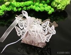BÍLÁ luxusní perleťová krabička na výslužku, svatební mandle s motýlky