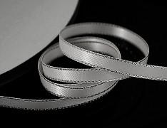 ŠEDÁ stuha atlasová 6mm stříbrný lem oboulíc, á 1m