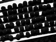 Černý luxusní prýmek bambulky 10, á 1m